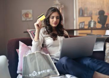 Unge elsker at shoppe modetøj på nettet